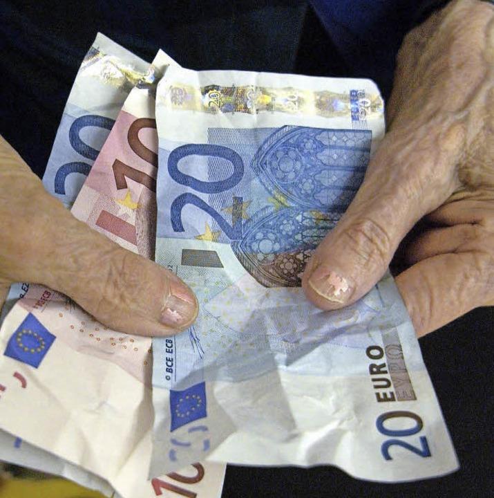 Immer wieder werden alte Menschen von Betrügern um ihr Erspartes gebracht.   | Foto: dpa