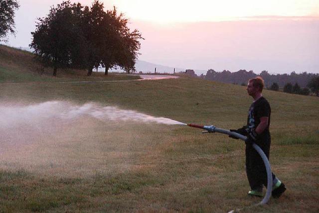 Heuweiler Feuerwehr füllt Wasser in Güllefässer