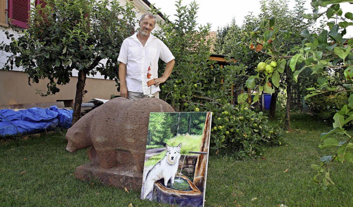 Manfred Krüger vor dem Sandsteinbären,...nd mit Pinsel und Farbe verewigt hat.   | Foto: babette staiger