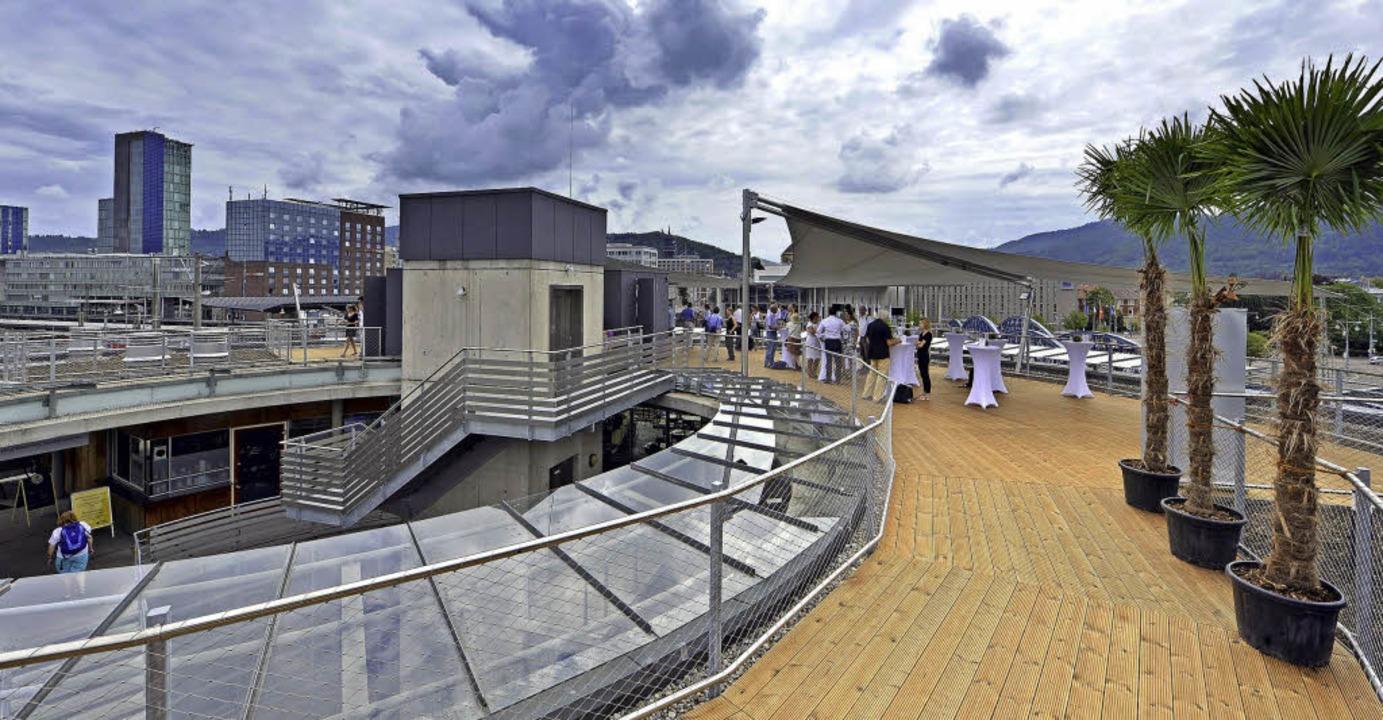 Die neue Dachterrasse bei der Stadtbahnbrücke bietet spektakuläre Aussichten.  | Foto: Michael Bamberger