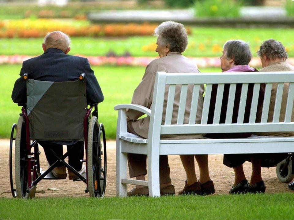 Viele Senioren müssen betreut werden – ob zuhause oder im Heim.  | Foto: dpa