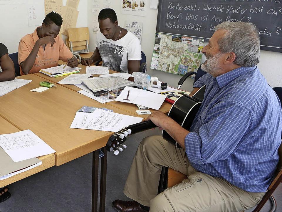 Heimfried Furrer (rechts) gibt Sprachk... Flüchtlinge erhält  den Bürgerpreis.