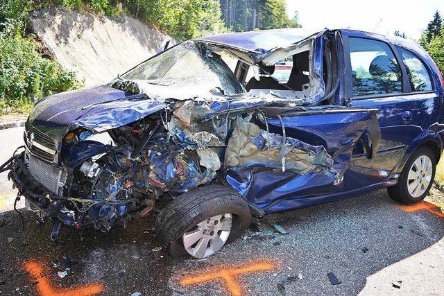 Auto kollidiert frontal mit Laster - 18-Jährige schwer verletzt