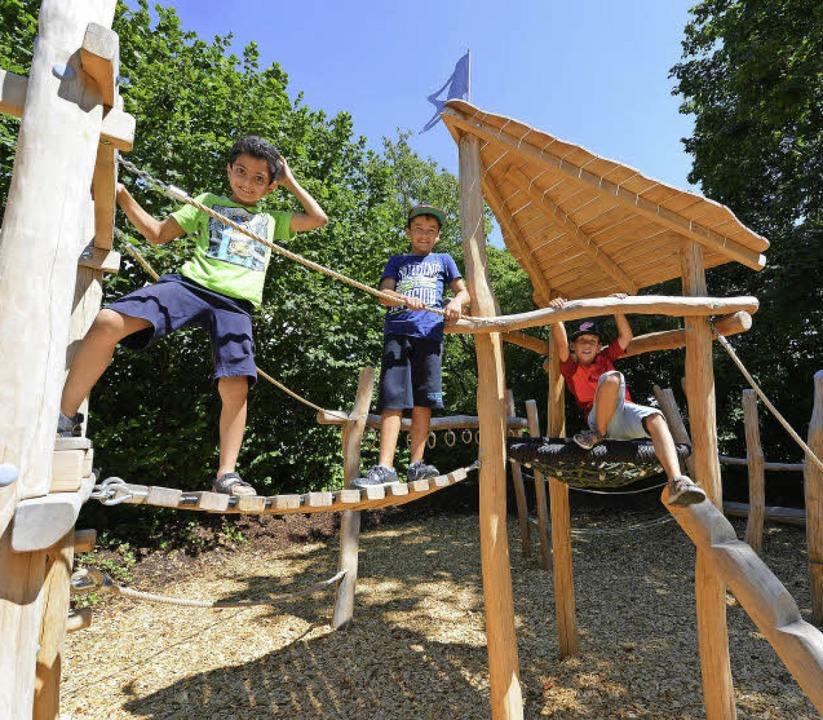 Diyar, Jonas und Cedric (von links) fi...eugestalteten Spielplatz richtig gut.     Foto: Rita Eggstein