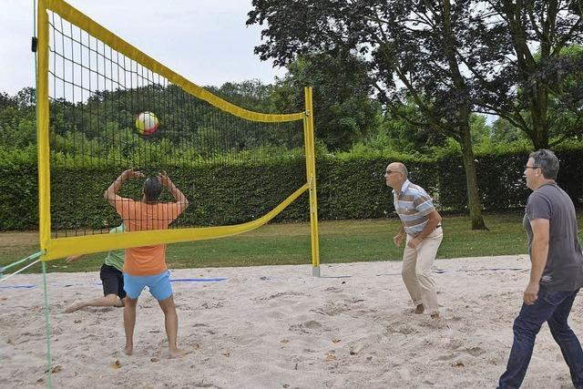 Neuer Volleyballplatz im Schwimmbad
