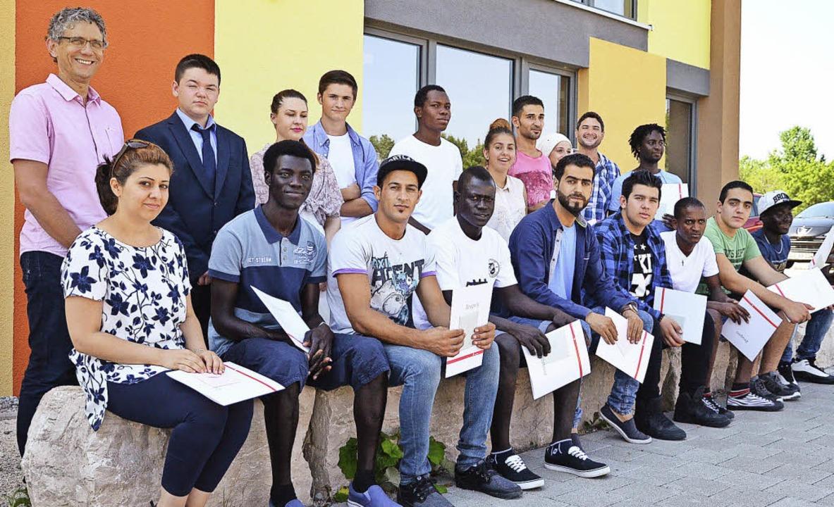 Jürgen Maulbetsch (links) und Lehrer D...mit den Preisträgern der Gewerbeschule    Foto: Martina Proprenter