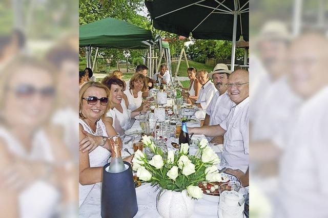 Gäste tafeln mit besonderem Schick