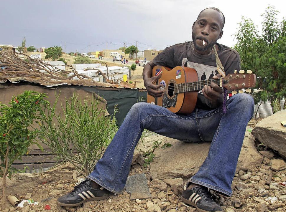 Paulus Ndahange träumt noch immer von ...Windhuk und spielt traurige Melodien.   | Foto: johannes dieterich