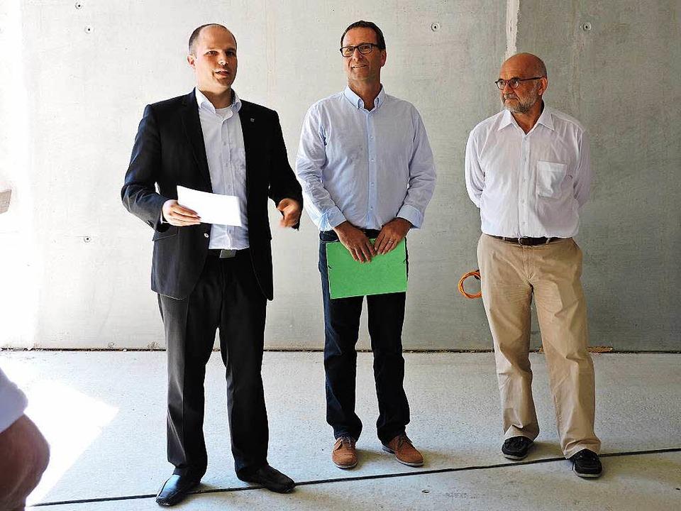 Stiftungsratsvorsitzender Roman Götzma...chitekt Michael Schindler (von links).  | Foto: Sylvia Timm
