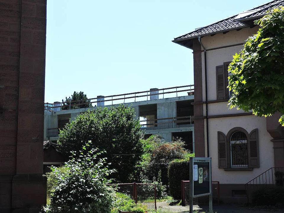 So sieht das Gebäude aus, wenn man zwi...rch und dem Pfarrhaus hindurch blickt.  | Foto: Sylvia Timm
