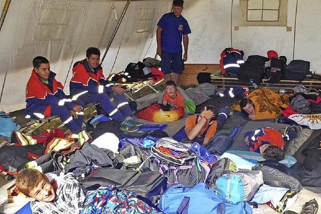 300 zukünftige Feuerwehrleute und ein Rettungsheli