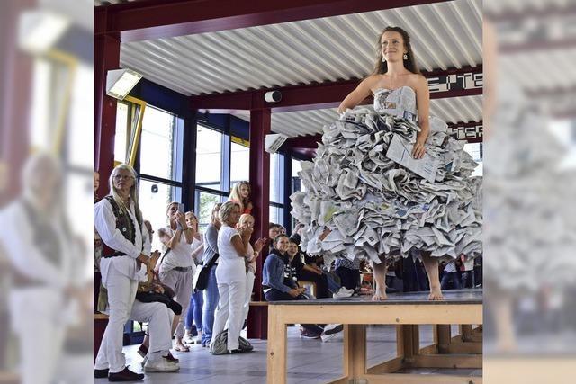 Wenn aus Zeitungspapier ein schickes Kleid wird