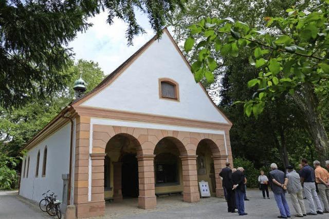 Die Kapelle bekommt was auf Dach