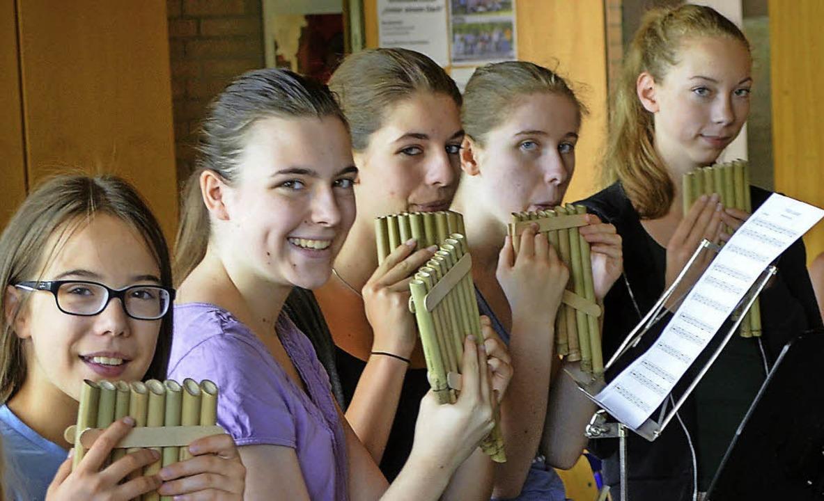 Schüler spielen ein Lied mit ihren selbstgebauten Panflöten.     Foto: Friedrike Nottbrock