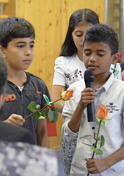 Schüler der vierten Klassen überbracht...on gute Wünsche und jeweils eine Rose.  | Foto: Hannes Lauber