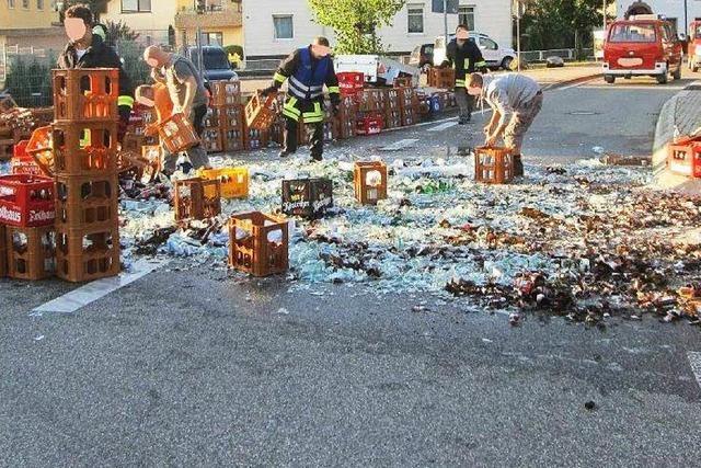Laster verliert Ladung: 350 Getränkekisten auf der Straße