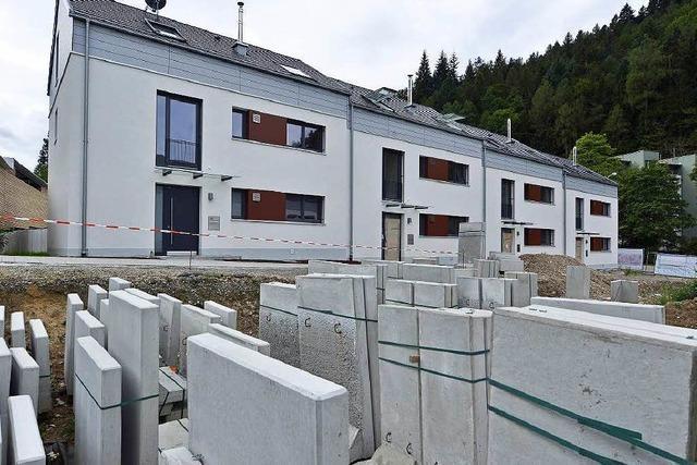 Stadtbau bleibt auf Reihenhäusern in Freiburg sitzen