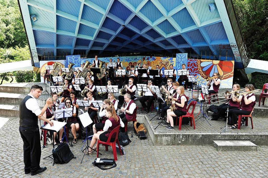 Neulich spielte unterm Dach des Musikpavillons noch der Musikverein Opfingen.     Foto: Thomas Kunz
