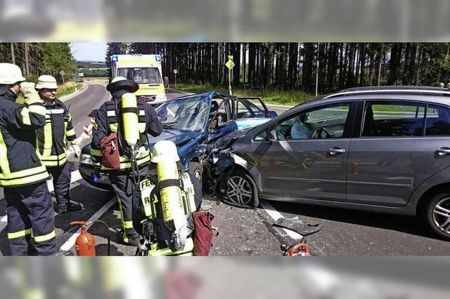Zwei Autofahrer schwer verletzt