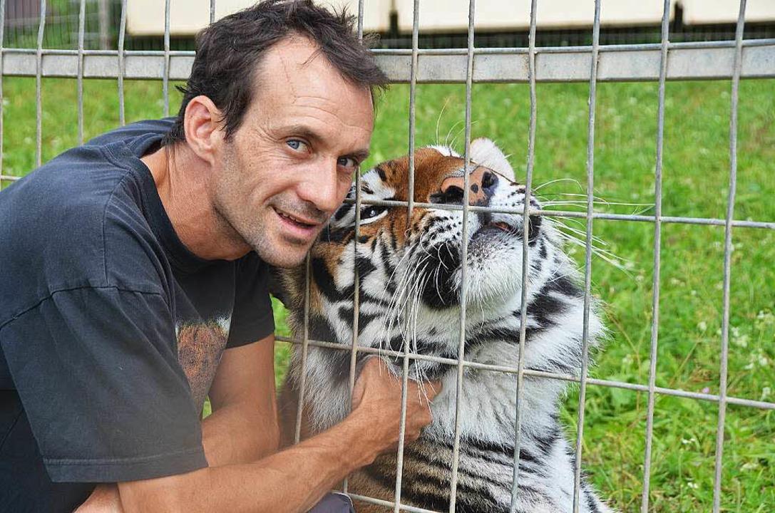Christian Walliser schmust mit einem seiner Tiger.  | Foto: Martin Wunderle