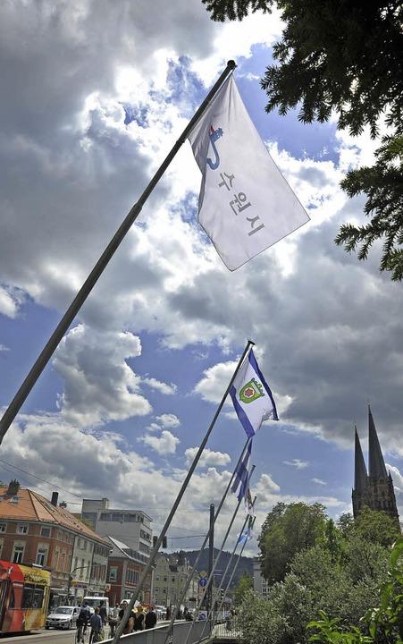 Die zwölf Fahnen auf der Kaiserbrücke ...etzt partnerschaftlich verbunden ist.   | Foto: Michael Bamberger