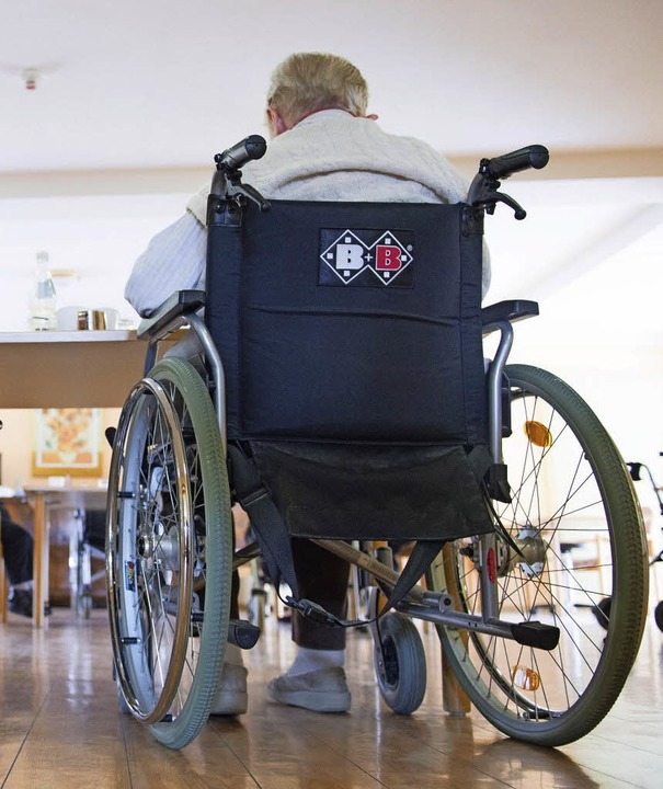 Behinderte Menschen brauchen Hilfe.   | Foto: dpa