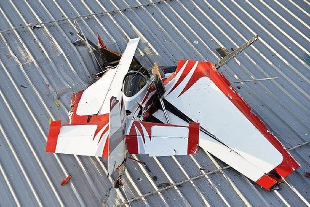Pilot stürzt mit Sportflugzeug auf Dach einer Spedition und stirbt