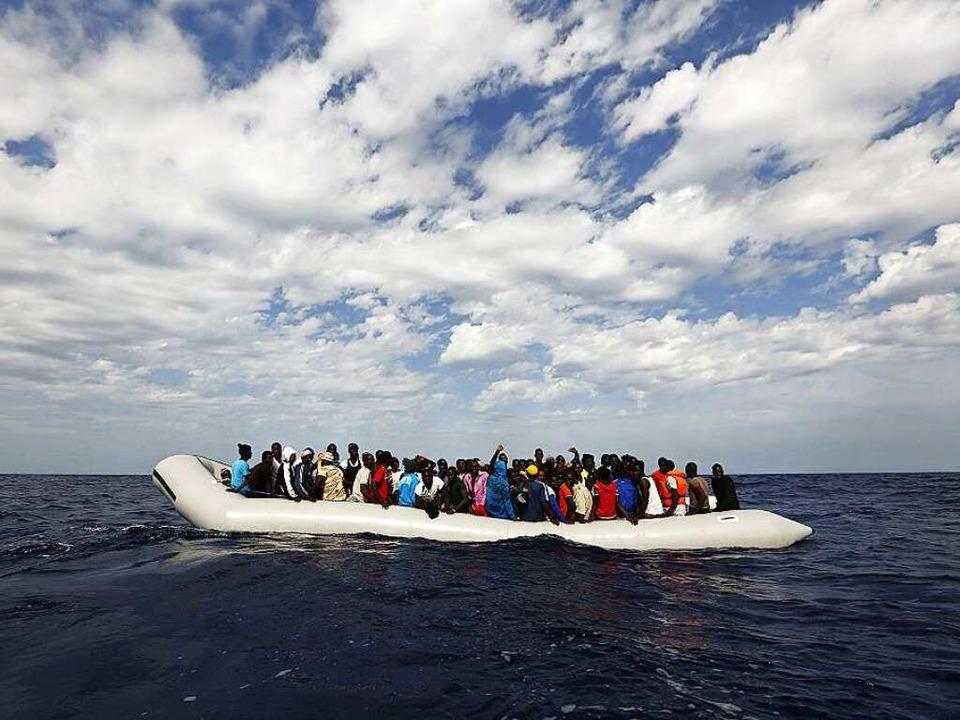 Auch Hamed und Addi kamen übers Mittelmeer nach Europa.  | Foto: dpa