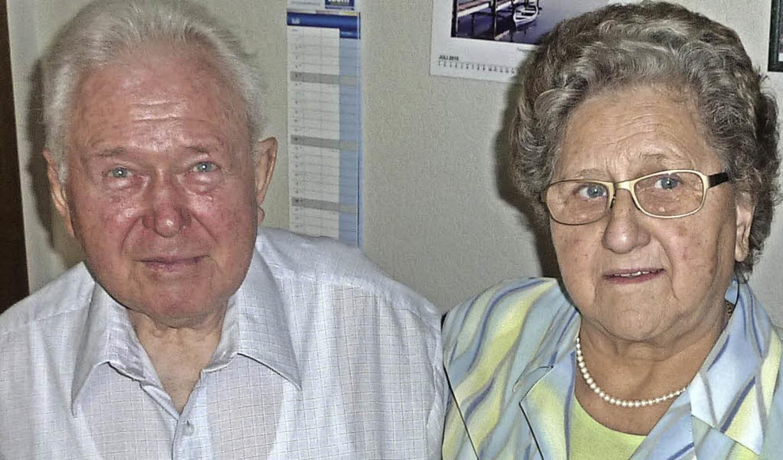 Georg und Hildegard Bührer feierten di...pflegen ihr gemeinsames Hobby Imkerei.  | Foto: Karlernst  Lauffer