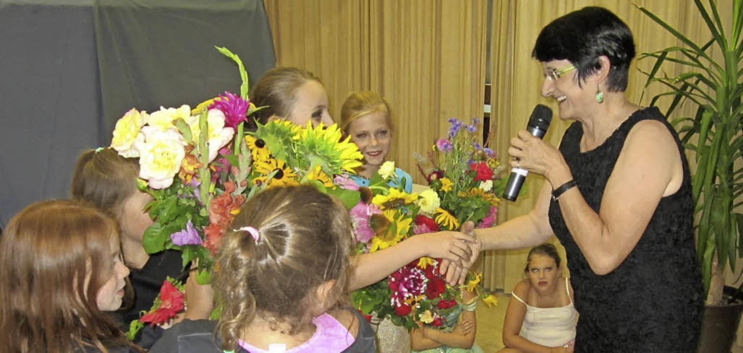 Mit Blumensträußen verabschieden sich die Kinder von ihrer Lehrerin Beate Kunz.  | Foto: Reiner Merz