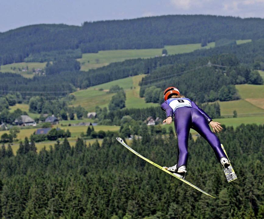 Endlich fliegen sie wieder: Die Skispr...en im Sommer nach Hinterzarten zurück.    Foto: Patrick Seeger