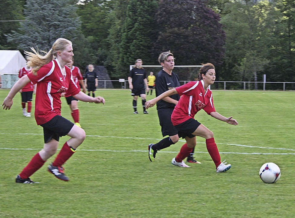 Besonderes Spiel:  Fußballerinnen der ...aten gegen eine Doppelpass Auswahl an.  | Foto: Karin Heiss