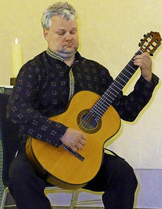 Voller Hingabe und hochkonzentriert en...nstler seiner Gitarre spanische Musik.  | Foto: Claudia Marchlewski
