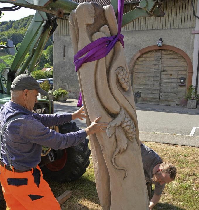 Aus einem 300 Kilogamm schweren Eichen...eim Rathaus Herten aufgestellt wurde.   | Foto: Monika Vollmar