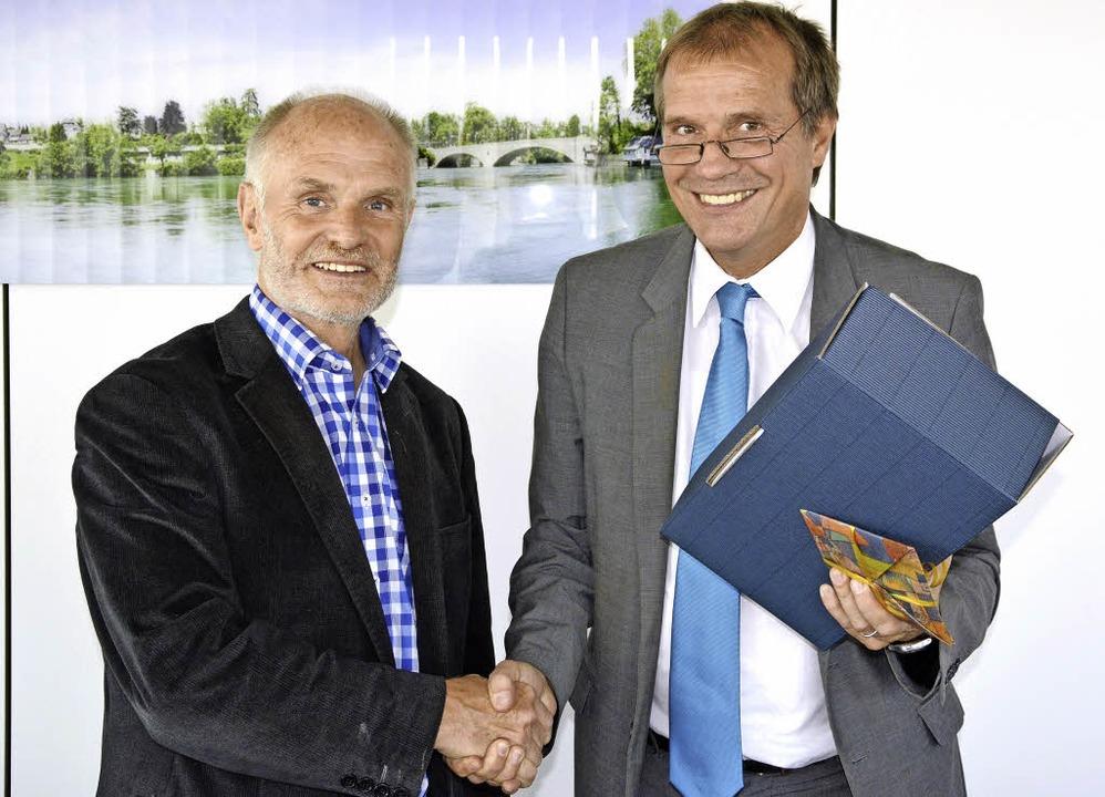 Falk Oess (links) wird von OB Klaus Eberhardt verabschiedet.     Foto: zvg