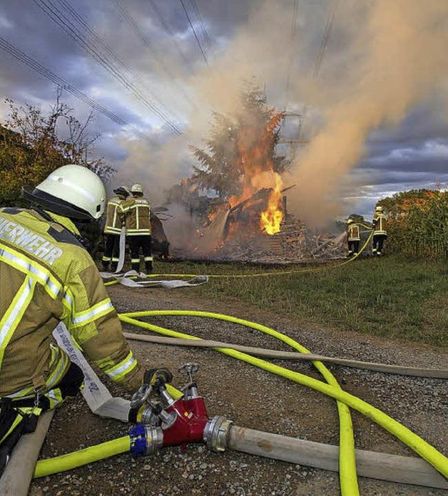 Unmittelbar unter eine Hochspannungsle... in dem Holz gelagert war in Flammen.   | Foto: Bernhard. Seitz, Siegfried Gollrad