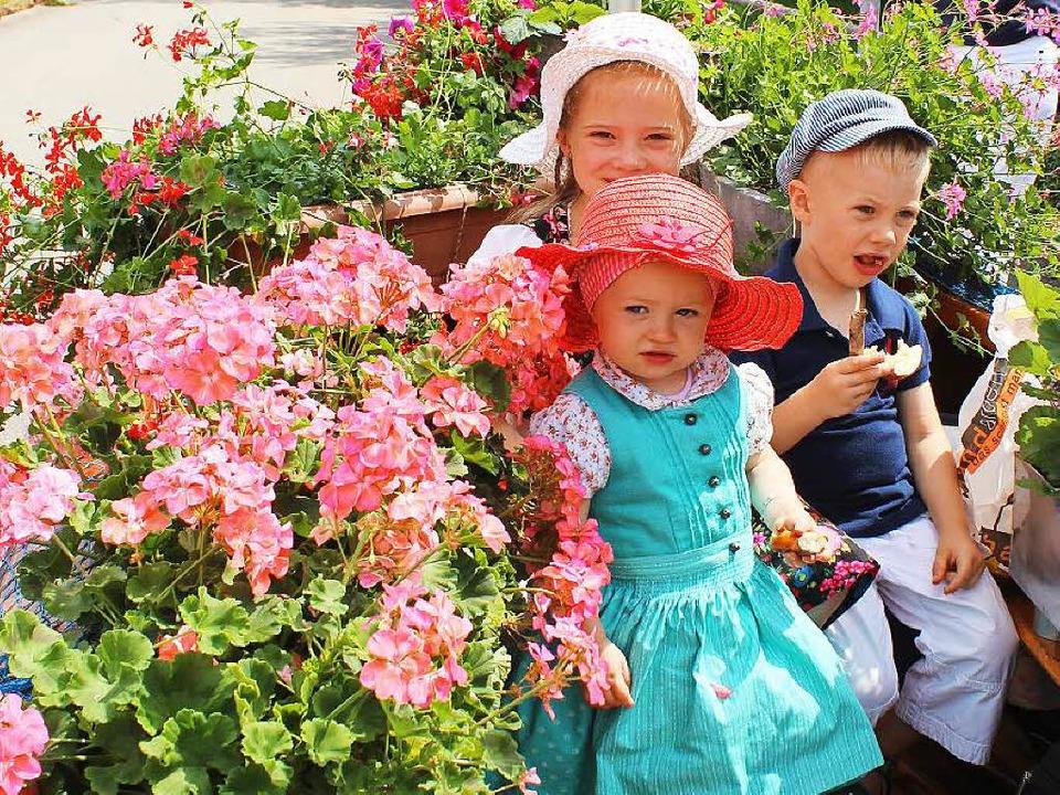 Mit Kind und Kegel waren die Umzugstei...r angereist und boten ein buntes Bild.  | Foto: Christa maier