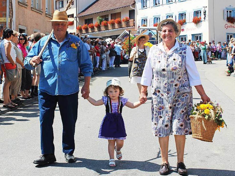 Mit Oma und Opa zum Umzug, das freute die kleine Lilly.  | Foto: Christa Maier