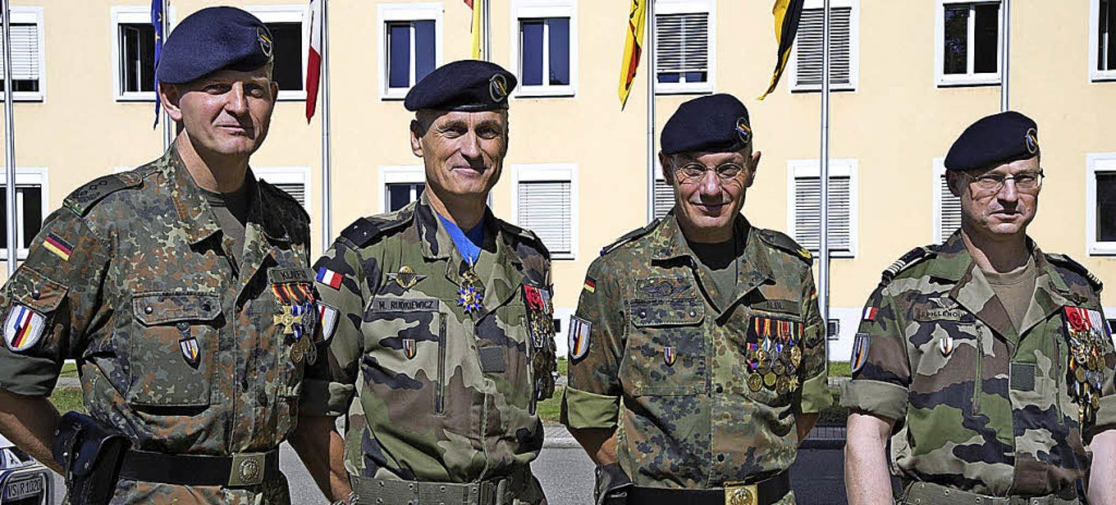Oberst Gerhard Klaffus und Brigadegere...el Jean Philippe Leroux  (von links).   | Foto: Volker Münch