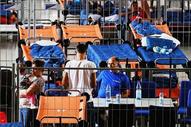 Flüchtlinge ziehen in Sporthallen – keine Rückkehrprämie