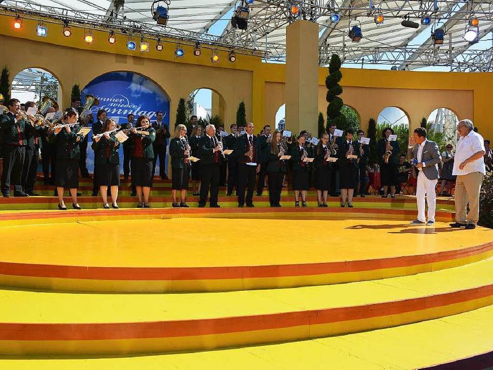 Überraschung: Moderator Stefan Mross m...in Offnadingen beim  Fernsehauftritt.   | Foto: SWR/Andreas Braun