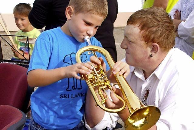 Kinder testen Instrumente