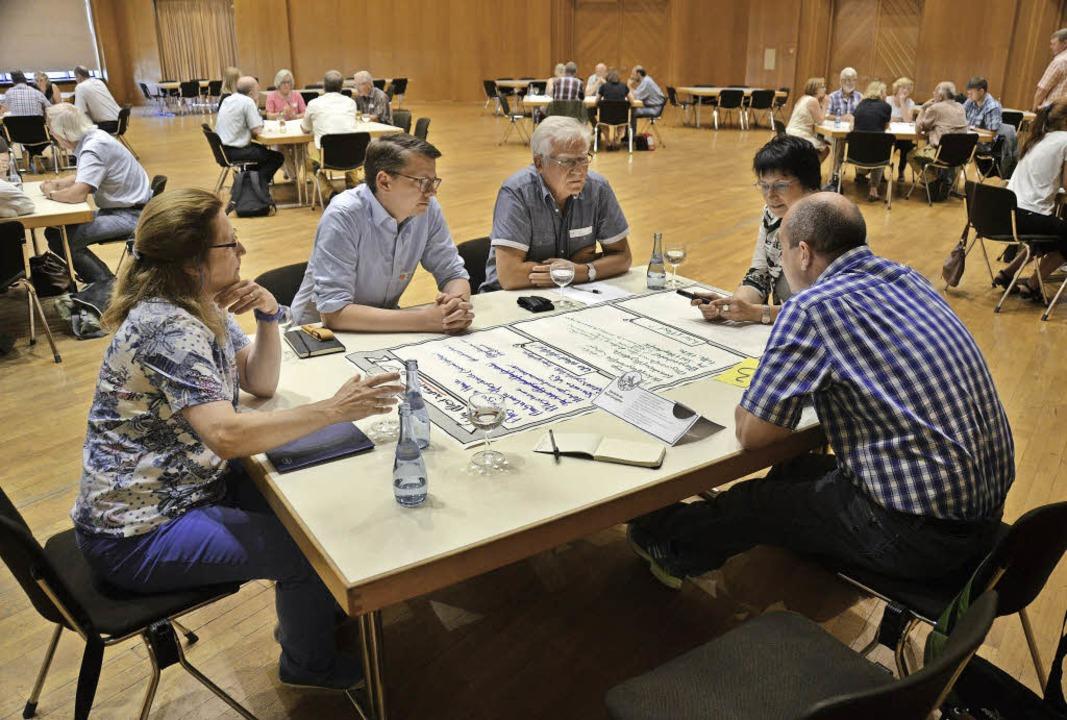 Die Teilnehmer des World Cafés diskuti...trategische Forum die Ergebnisse vor.   | Foto: Dorothee Soboll