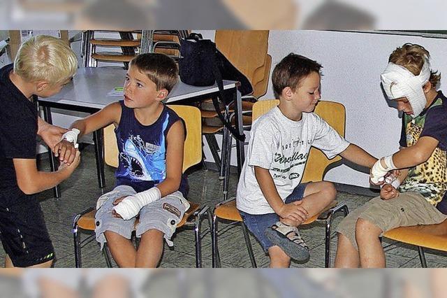 Kinder üben Verbände anlegen und einen Notruf absetzen