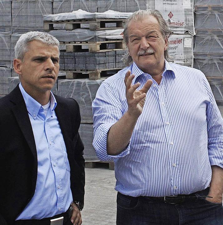 Geschäftsführer Thomas Birkenmeier (re...eten  Patrick Rapp durch seine Firma.   | Foto: Privat
