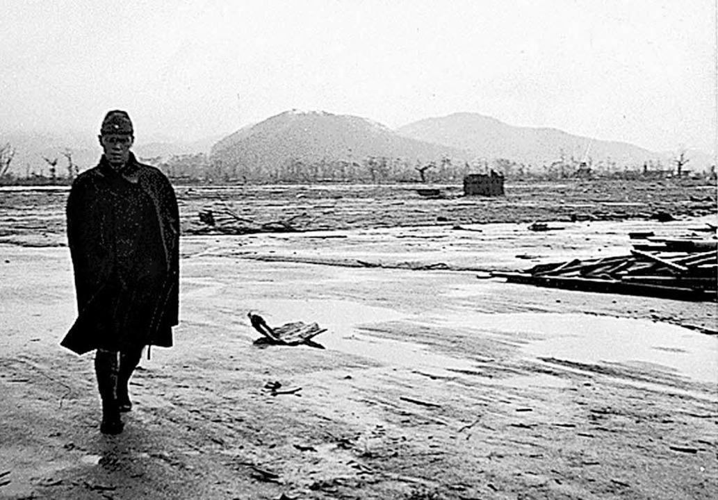 Nach dem Abwurf: Ein japanischer Solda...ch die Trümmerlandschaft in Hiroshima.  | Foto: dpa / Köhler
