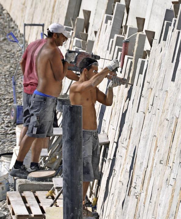 Mit Kalksteinbändern  werden die Betonwände verblendet.  | Foto: Daniel Gramespacher