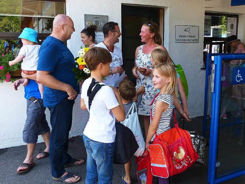 Im Strandbad begrüßen Betriebsleiter H...ef Oliver Heintz Familie Büdenbender.   | Foto: privat