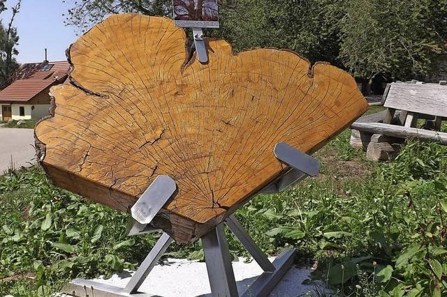 Überdachung aus Holz für ein kleines Denkmal