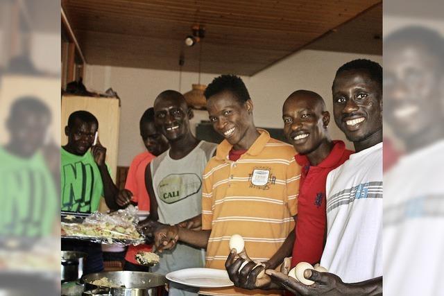 Flüchtlinge bewirten Helfer